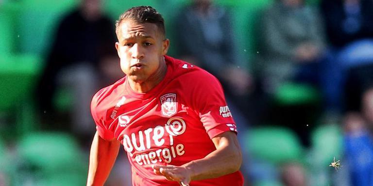 Luciano Slagveer aan de bal voor FC Twente. FOTO HENK JAN DIJKS