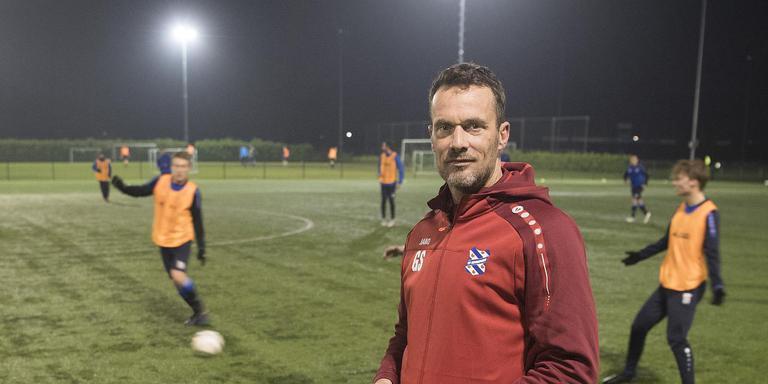 Oud-spits Gerald Sibon zet dit seizoen als hoofdtrainer van zondag eersteklasser vv Heerenveen de lijnen uit op sportpark Skoatterwâld. FOTO FPH/MUSTAFA GUMUSSU