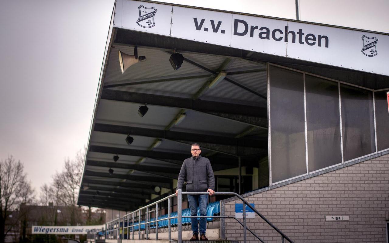 Durk Meijer, voorzitter van Drachten, op sportpark De Peppel. ,,Niets doen is geen optie.''