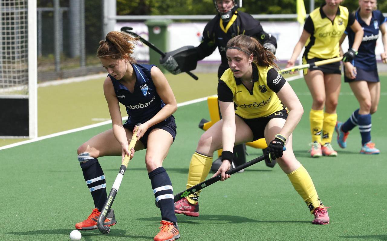 Lisan ten Berge probeert namens Quick Stick te scoren tegen Deventer.
