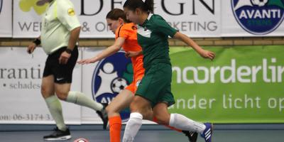 Avanti-speelster Si Shut Hau (rechts) probeert Sieta de Vries van Drachtster Boys van de bal te zetten. FOTO HENK JAN DIJKS