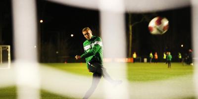 Jesper Hiemstra, met zestien goals topscorer van het opgeleefde Heerenveense Boys, neemt een strafschop tijdens de training. FOTO HENK JAN DIJKS