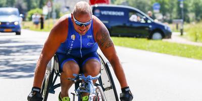 Gerrit Dijkstra in actie tijdens de Acht van Drachten. Zaterdag wil hij als eerste Nederlandse para-atleet de hele triatlon volbrengen. FOTO JOHAN DE WIT