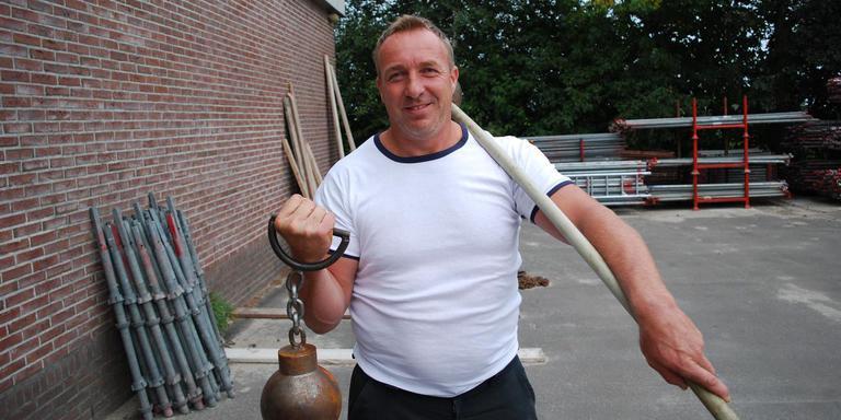 Wereldkampioen Hans Lolkema voor de loods waarin hij in de avonduren veel tijd doorbrengt. FOTO LC