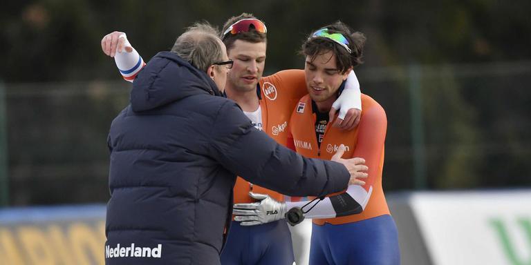 Sven Kramer (midden) viert meteen na de 10 kilometer een feestje met zijn coach Jac Orie en ploeggenoot Patrick Roest. FOTO ANP/SOENAR CHAMID