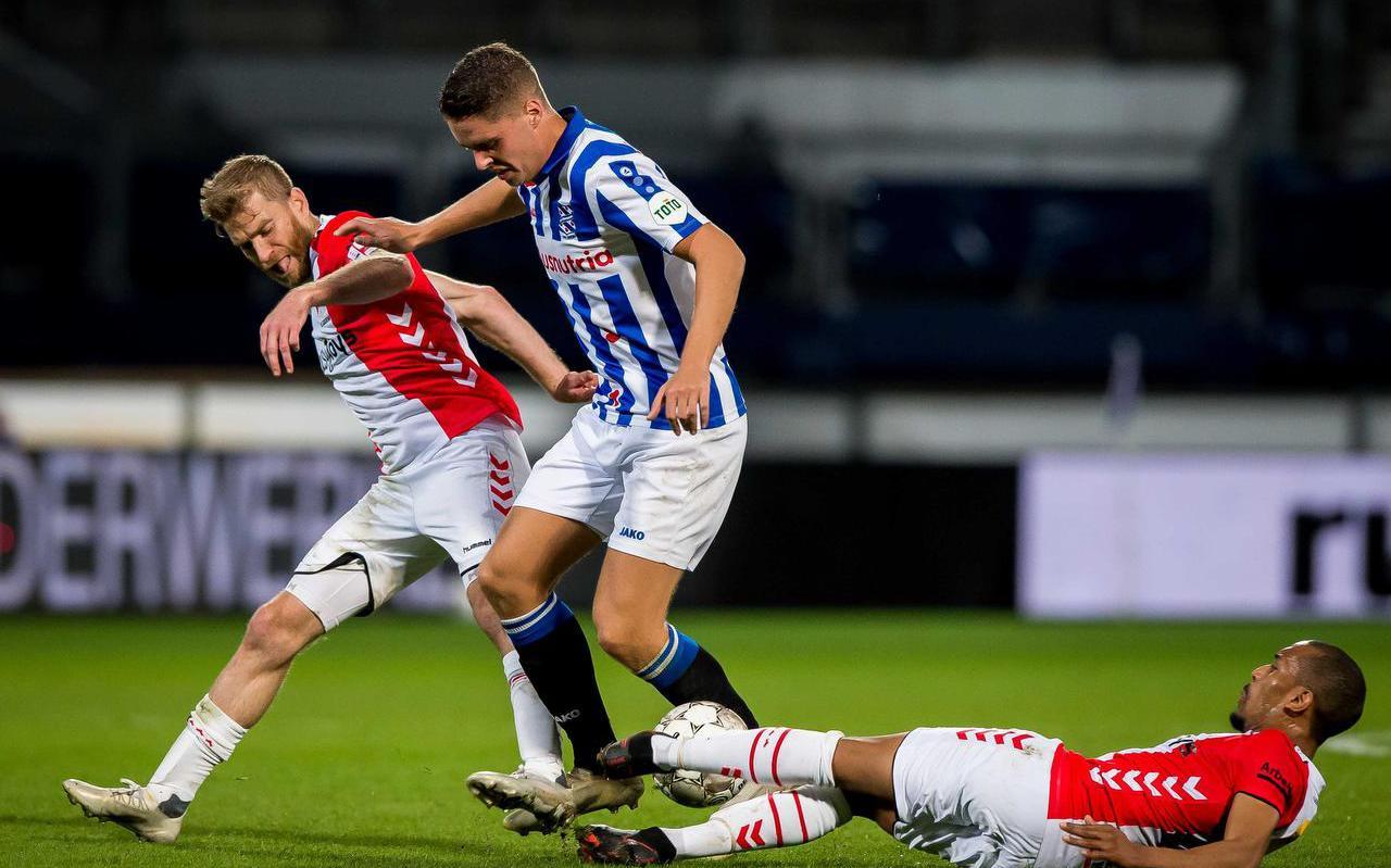 Joey Veerman wordt op de huid gezeten door Michael de Leeuw en Michael Chacon (liggend) van FC Emmen.