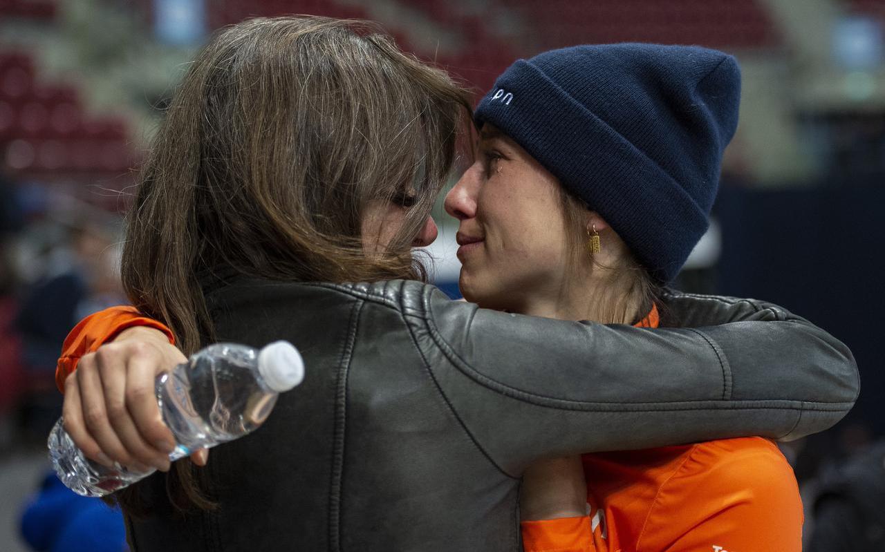 Suzanne Schulting beleeft met haar moeder Hannie een intiem moment na het winnen van haar wereldtitel. FOTO ANDRE WEENING
