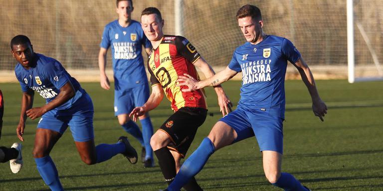 Kevin Jansen (nummer 27) voor het eerst in actie bij Cambuur, in duel met Alec van Hoorenbeeck.