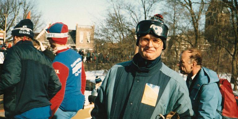 Foppe de Haan heeft bij het klunen in Kimswert de schaatsen even afgebonden tijdens de Elfstedentocht van 1986. EIGEN FOTO/HINKE VOLBEDA