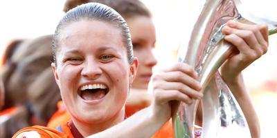 Sherida Spitse gaat als aanvoerster van Oranje uit haar dak na de gewonnen EK-finale tegen Denemarken. FOTO ANP/BAS CZERWINSKI