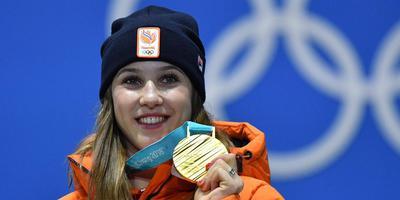Suzanne Schulting straalt na haar gouden medaille op de 1000 meter. FOTO AFP