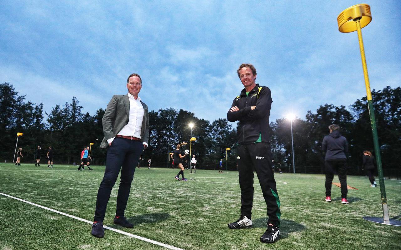 Voorzitter Gouke de Vries (links) en trainer Henk Jan Mulder tijdens een training van LDODK.