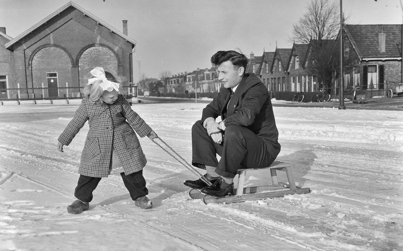 Metteke en haar vader Abe Lenstra in de sneeuw in de jaren vijftig.