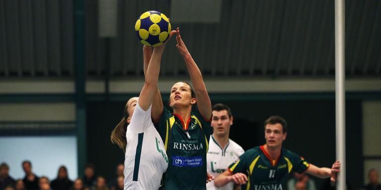 Marjolijn Kroon troeft Suzanne Struik af in een duel om de bal. FOTO HENK JAN DIJKS