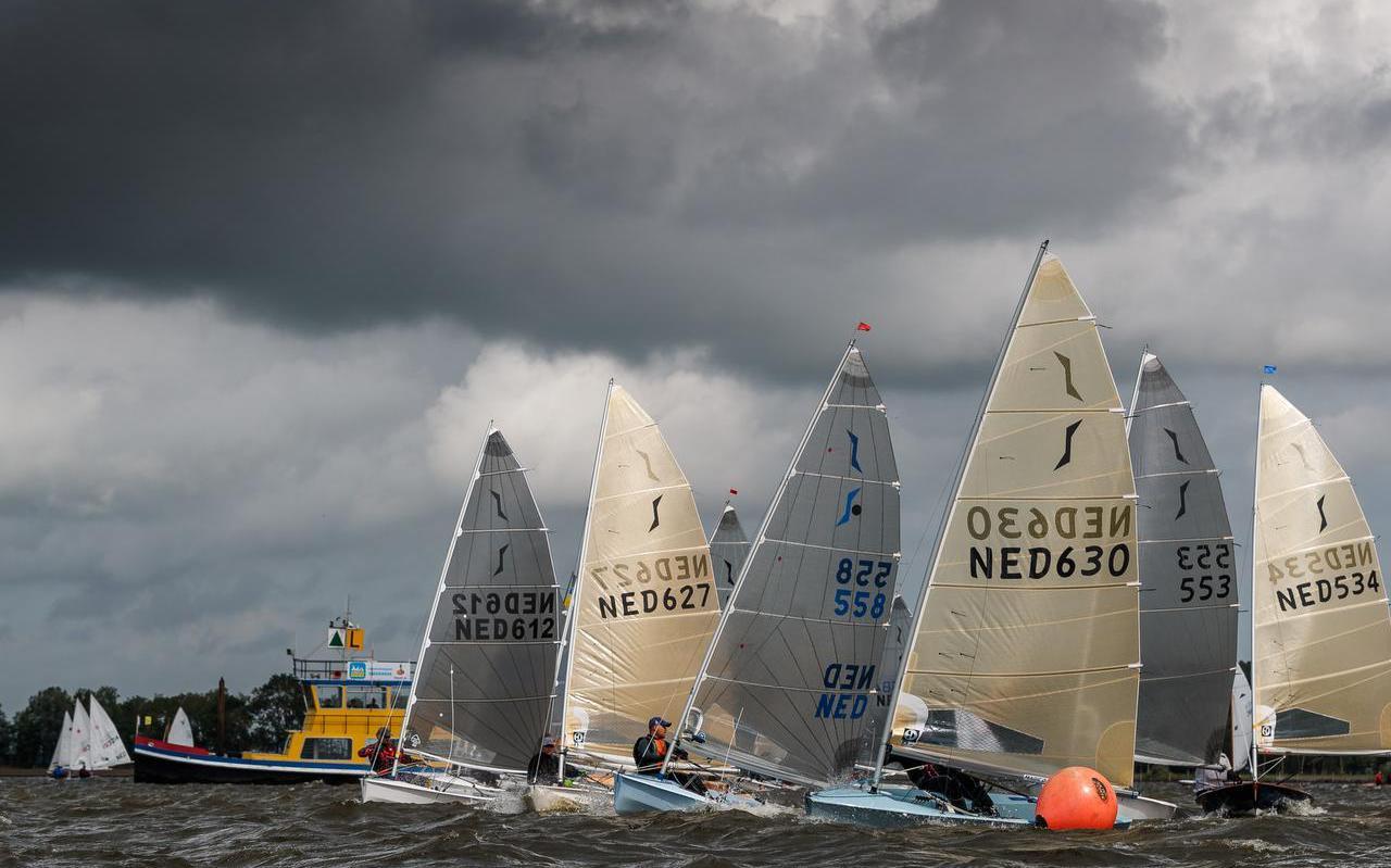 Start van de Solo-klasse. In de 630 is de latere winnaar Paul Dijkstra uit Uitwellingerga goed weg.