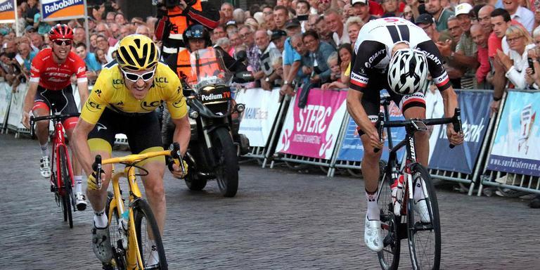 Tourwinnaar Germaint Thomas komt als eerste over de streep in Surhuisterveen. FOTO SIMON BLEEKER