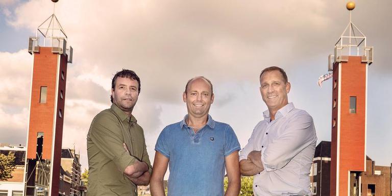 Erik Seerden, Thomas van der Meer en Rinse Bleeker (vanaf links) poseren op It Sjûkelân, de plek waar ze in 1991, 1992 en 1993 historie schreven. FOTO NIELS DE VRIES