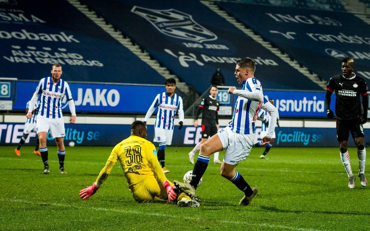 Joey Veerman stuit op PSV-doelman Yvon Mvogo en laat daarmee dé kans op de 3-1 liggen.