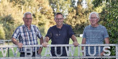 Blauwhuis-voorzitter Epke Bootsma (midden) op de accommodatie van zijn club. Hij wordt geflankeerd door zijn medebestuursleden Jurjen Frankena (links) en Gerardus van der Meulen. FOTO HENK JAN DIJKS