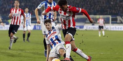 Het fatale moment voor SC Heerenveen: Donyell Malen glipt langs Kik Pierie en schuift vervolgens de 2-2 binnen achter Warner Hahn.