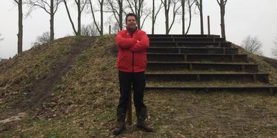 Parcoursbouwer Geert Visser aan de voet van De Bult. FOTO LC