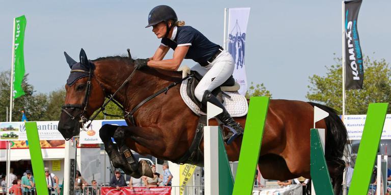 Hester Klompmaker winnend in actie met Forever.