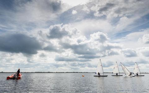 Er wordt weer getraind op het water: 'Ze komen gekleed naar het eiland en maken op gepaste afstand van elkaar hun boten zeilklaar'