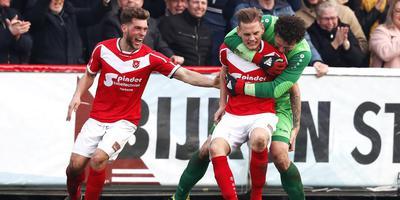 Harkemase Boys-doelman Erick Jansema omhelst matchwinnaar Jens Jurn Streutker. Links Joris Voest.