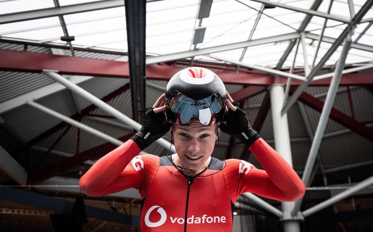 Tristan Bangma, kan dankzij het snelle 5G netwerk van Vodafone zelfstandig de wielerbaan rond fietsen.
