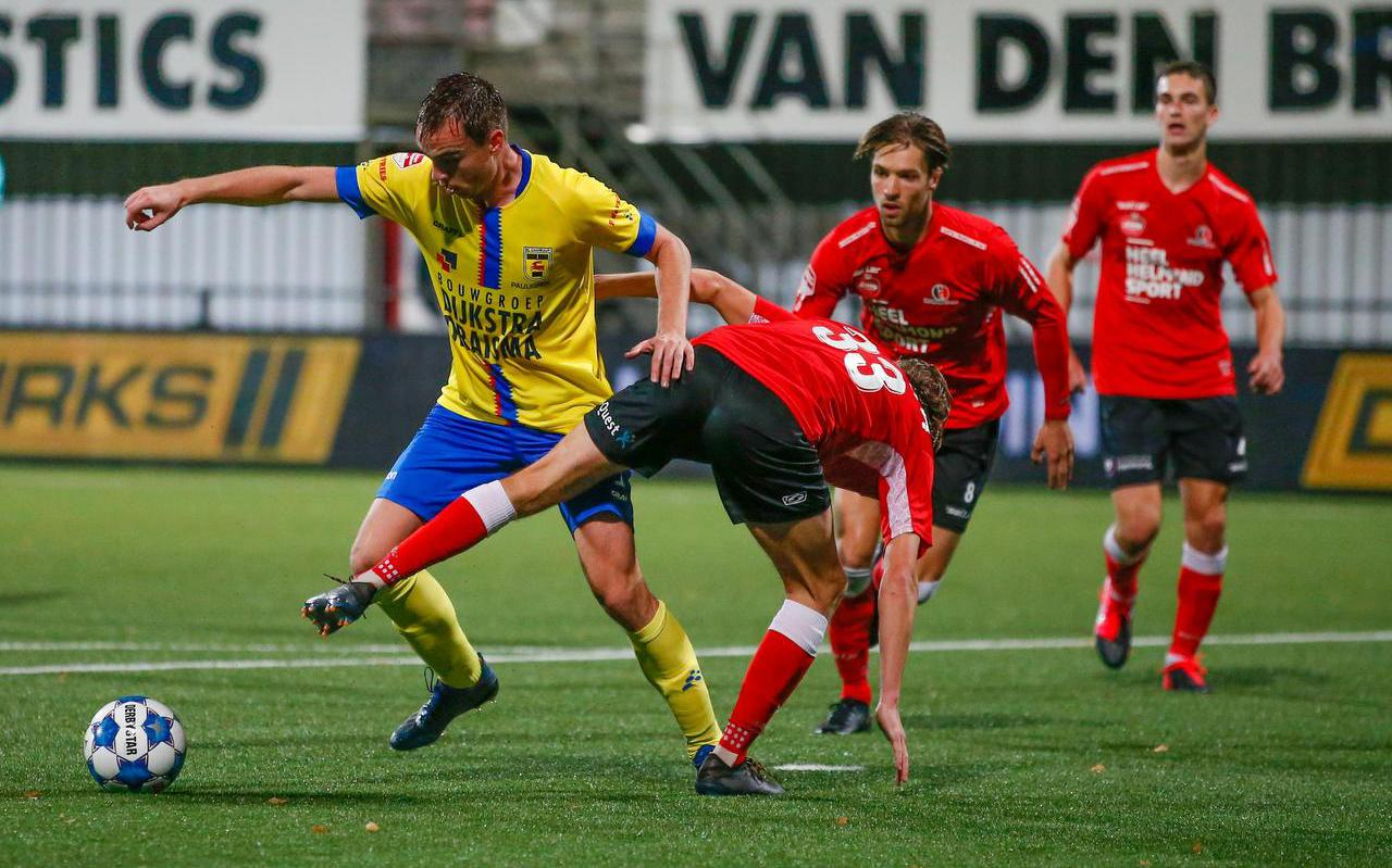 Mitchel Paulissen in duel met Gaetan Bosiers van Helmond Sport.