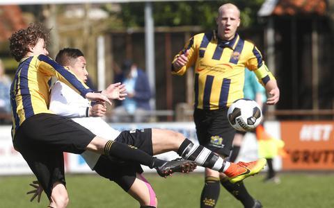 Davide Tundo (links) probeert Huy Tran de bal te ontfutselen. Rechts Frisia-aanvoerder Jelmer Vos. FOTO HENK JAN DIJKS