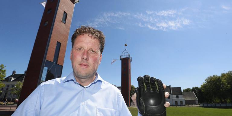KNKB-directeur Marco Hoekstra met een goedgekeurde kaatswant op It Sjûkelân in Franeker. FOTO HENK JAN DIJKS