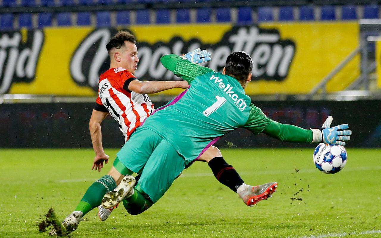 Giovanni Korte passeert NAC-doelman Nick Olij voor de tweede keer en zet Cambuur in Breda op 0-3.