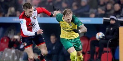 Mark Diemers speelde zondag een belangrijke rol in de 0-2 overwinning van zijn club in de Kuip. Hier snelt hij Bart Nieuwkoop voorbij. FOTO ANP/PRO SHOTS