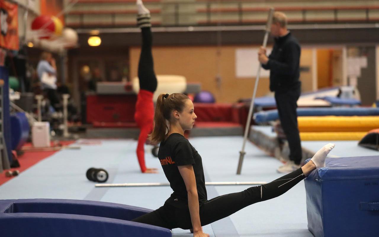 Nederlands grootste turntalent Naomi Visser tijdens een recente training in de Epke Zonderland-hal in Heerenveen. Achter haar trainer Vincent Wevers met dochter Sanne.