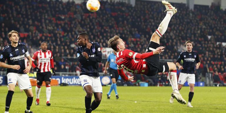Met een schitterende omhaal zet Luuk de Jong PSV op een 2-0 voorsprong tegen SC Heerenveen.