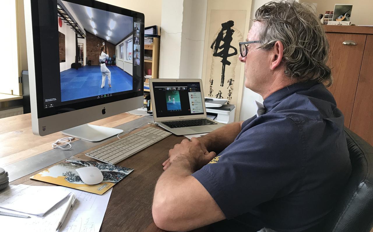 In zijn woonkamer te Leeuwarden bekijkt scheidsrechter Gilbert Cleveringa de verrichtingen tijdens het eerste online-EK shinkyokushin karate.