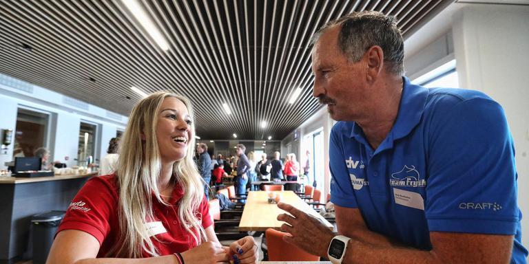 Gemma Cooper (links) in gesprek trainer Siep Hoekstra. FOTO HENK JAN DIJKS