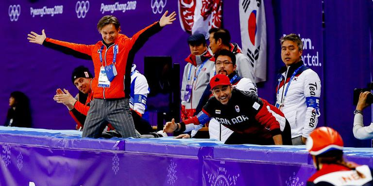 Jeroen Otter kan zijn lol niet op na het olympische goud van Suzanne Schulting. FOTO ANP/JERRY LAMPEN
