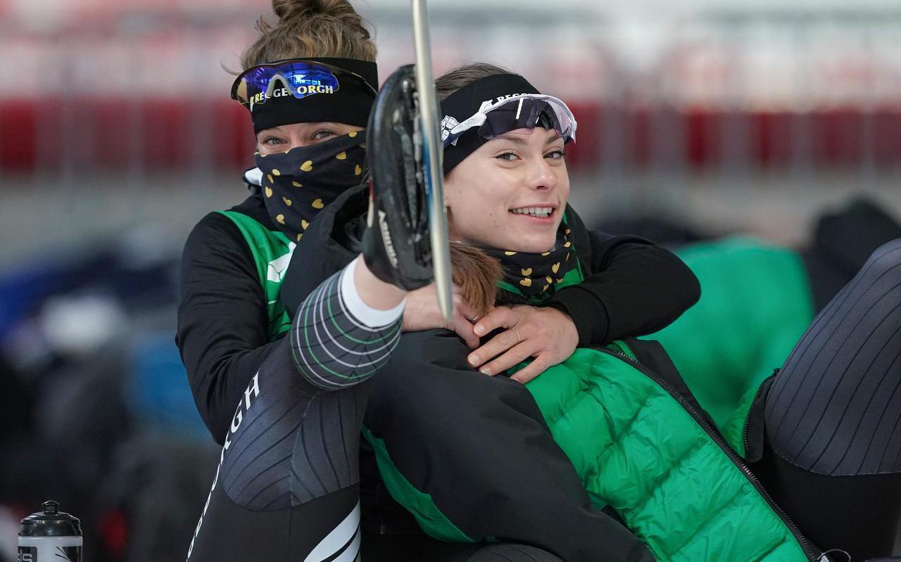 Vlak voordat Femke Kok in Inzell in quarantaine ging, kon ze nog even rekken en strekken in de buitenlucht bij de schaatshal.