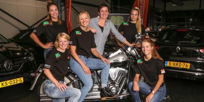 Ploegleidster Klasina Seinstra poserend op de Harley van haar man. Van links naar rechts Manon Kamminga, Lieke Splinter, Yvonne Nauta, Klasina Seinstra, Merel Brunsmann en Anna Leltz. FOTO NEEKE SMIT