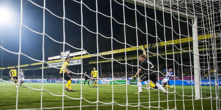 Nemanja Mihajlovic (rechts) ramt de bal in het dak van het doel: 0-2. FOTO ANP PRO SHOTS