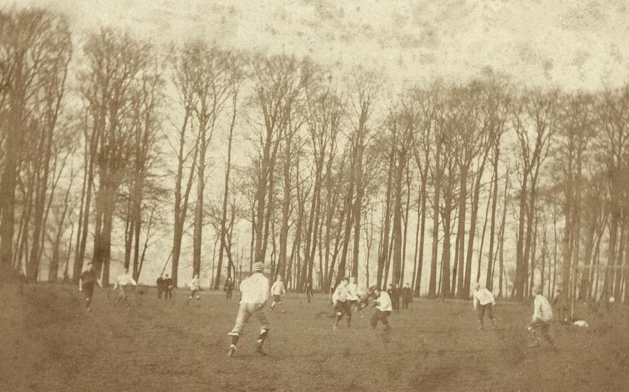 De oudst bekende foto van een voetbalwedstrijd in Nederland, gemaakt op de speelweide bij kostschool Noorthey, circa 1895. FOTO NATIONAAL ARCHIEF/NOORTHEY-GENOOTSCHAP