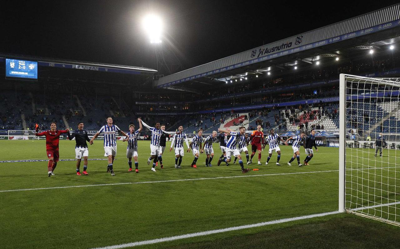 De spelers van SC Heerenveen vieren feest met de supporters die bij de wedstrijd konden zijn. FOTO ANP