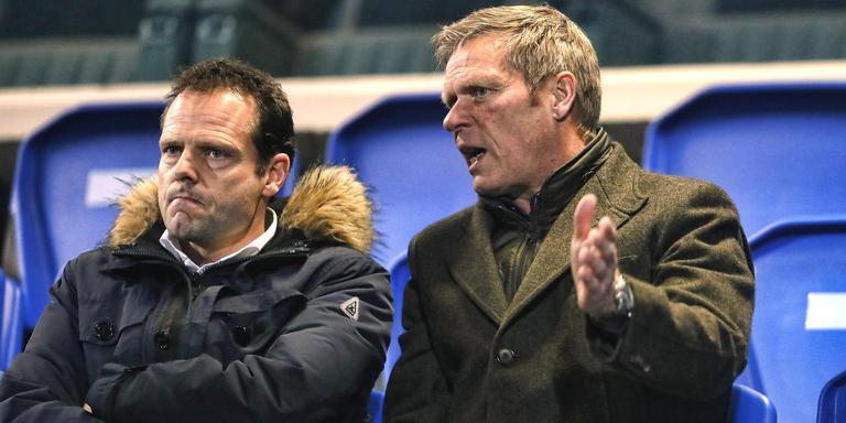 Foeke Booy (r) zit maandag in Eindhoven op de tribune naast een zich kennelijk verbijtende Cambuur-directeur Gerald van den Belt.