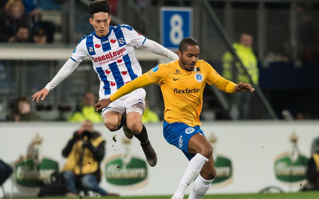 Yuki Kobayashi (links) namens SC Heerenveen in duel met Charlison Benschop van De Graafschap. FOTO VI IMAGES