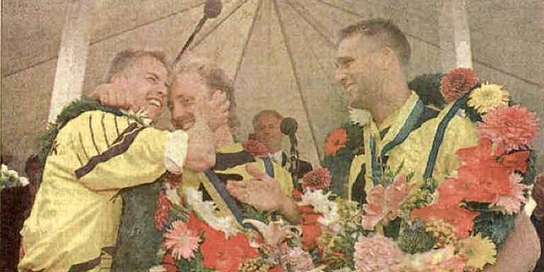 PC 1993: Seerden (l) knuffelt koning Van der Meer. Bleeker kijkt toe. FOTO LC