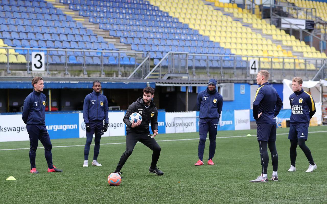Fysiek trainer Nicky Boonstra geeft uitleg tijdens de eerste training van Cambuur in 2021.