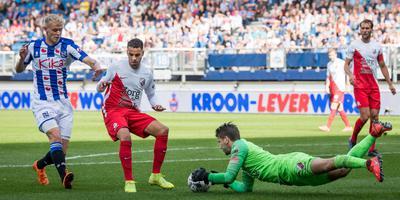 Keeper Maarten Paes van FC Utrecht is, in samenwerking met Adam Maher, eerder bij de bal dan Jens Odgaard. FOTO VI IMAGES