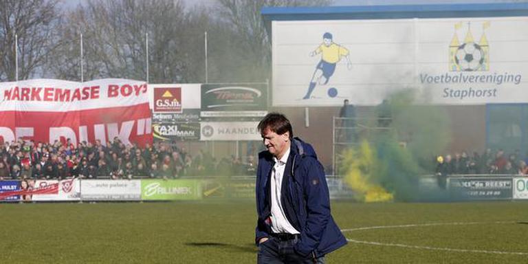 Jan Vlap met links de supporters van zijn huidige club Harkemase Boys en rechts rook in de kleuren van zijn nieuwe club Staphorst. FOTO HENK JAN DIJKS